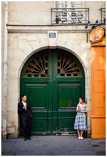 Paris pre-wedding photography couple eat iceream in front of green door