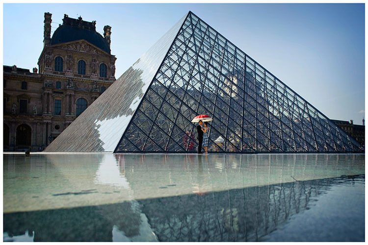 Paris pre-wedding photography couple red umbrella louvre pyramid