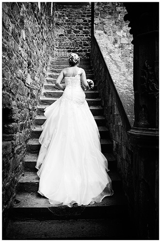 Castello di Vincigliata wedding bride climbing stairs