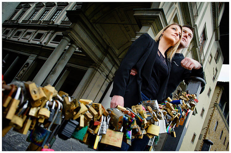 Pre-Wedding Photography in Florence couple, ufizzi museum, padlocks of love