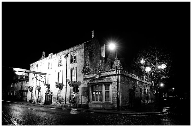 The George Hotel in Stamford at night