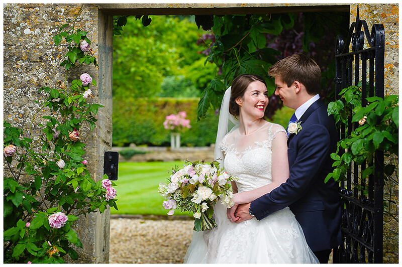 Oxfordshire friars Court Wedding romantic moment in archway